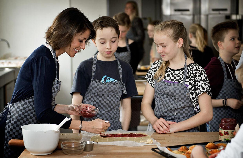 Som protektor for Folkekirkens Nødhjælp bager prinsesse Marie sammen med elever fra 4 Y til fordel for verdens fattigste