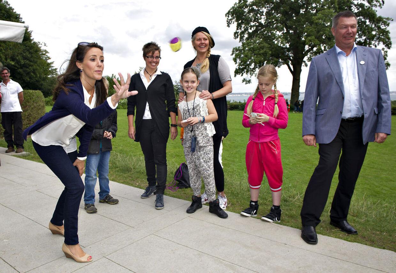 Prinsesse Marie besøger Landsforeningen Autismes ferie for enlige forsørgere til børn med autisme i Helsingør Ferieby. Og her blev der tid til lidt boldspil.