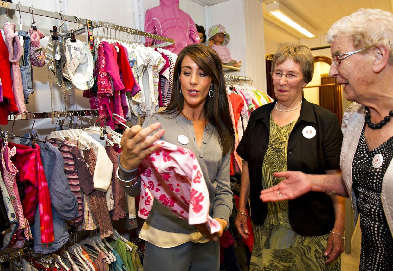 Prinsesse Marie indvier her Folkekirkens Nødhjælps Genbrugsbutik i Tønder. Det skete med snor klip, snak med de mange frivillige og et køb blev det også til.