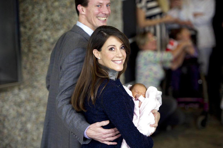 Prins Joachim og prinsesse Marie forlader Rigshospitalet med prinsesse Athena, som blev født den 24. januar 2012. Prinsessen vejede 2930 g.