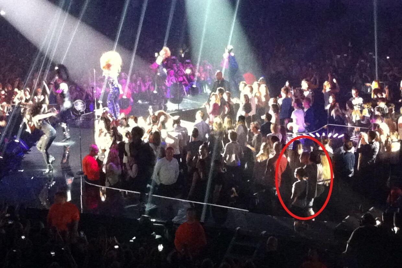 Beyoncé på scenen under koncerten mandag aften i Forum. Manden i den røde cirkel blev smidt ud fra koncerten efter at han havde klapset superstjernen i bagen. Beyoncé ses til venstre i billedet i lilla dragt.