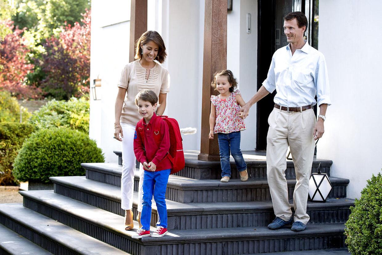 Prins Joachim og Prinsesse Marie sender deres søn Prins Henrik afsted til første skoledag på Sct. Joseph Søstrenes Skole i Ordrup. Livet i Møgeltønder er skiftet ud med et liv i Klampenborg. (Foto: Bax Lindhardt/Scanpix)