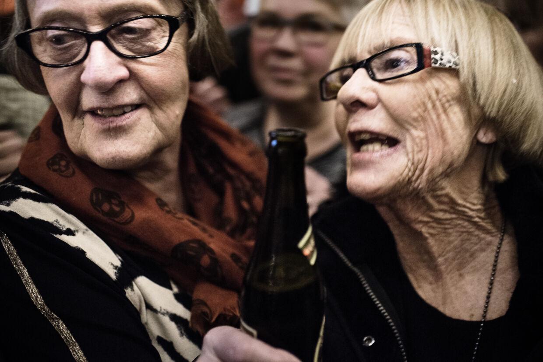 En gruppe kvinder fra Sverige har ofte været på baren, men det er første gang, de er til koncert.