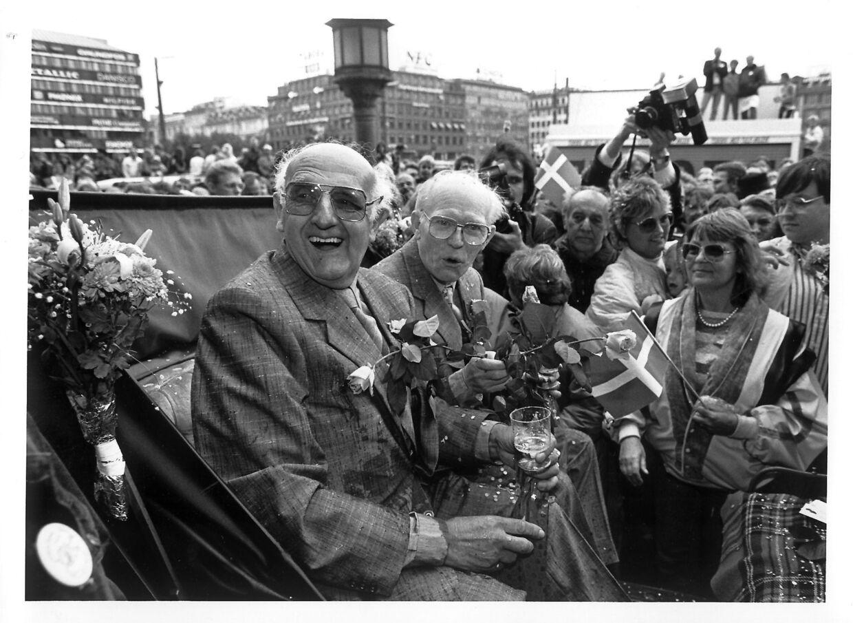Det første lovlige bøsse-bryllup fandt sted i København. Her ses Eigil og Axel Axgil (tv) udenfor Københavns Rådhus.