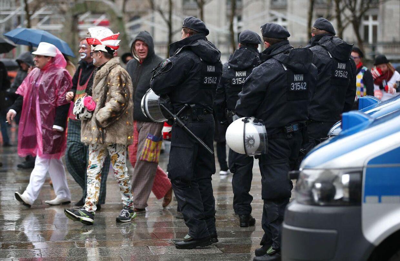Politiet var talstærkt til stede ved Kølns Karneval 4. februar Photo: Oliver Berg/dpa