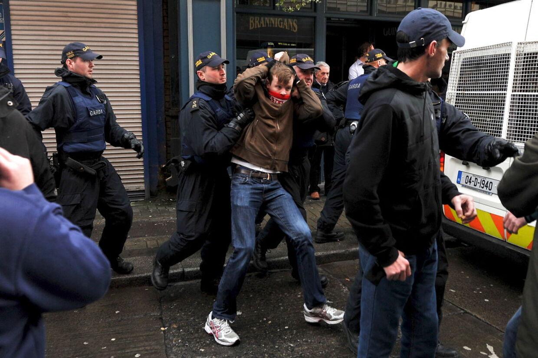 Medlemmer af the Garda Public Order Unit og politiet konfronterer demonstranter ved en anti-racisme demonstration ved lanceringen af en irsk afdeling af Pegida i Dublin d. 6. februar 2016.