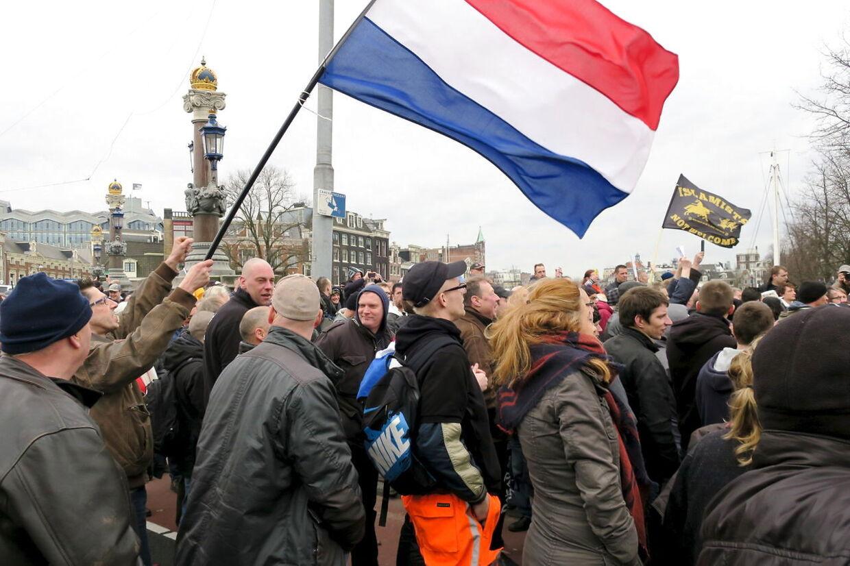 Flere hundrede demonstranter fra den hollandske afdeling af den tyske anti-indvandringsbevægelse Pegida hejser nationalflaget og anti-islamiske slogans i Amsterdam d. 6. februar 2016.