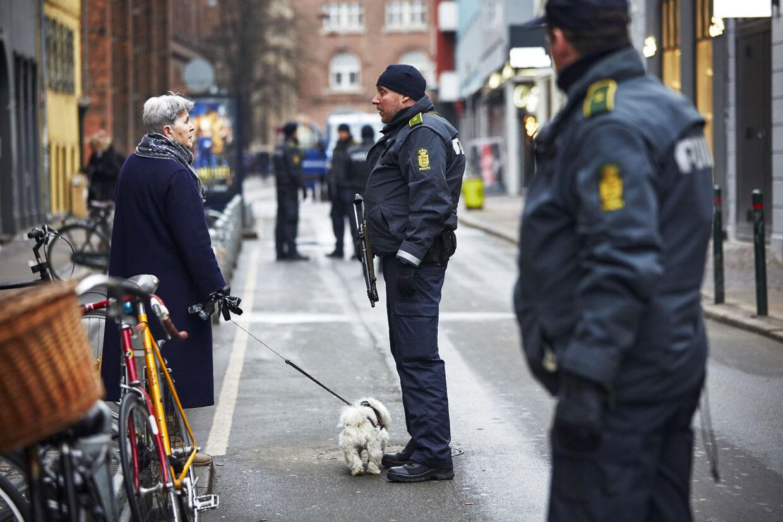 Efter nattens drab på en mand foran synagogen i Krystalgade er gaden mandsopdækket af politi.