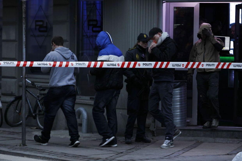 Politiet ransagede søndag en netcafé på Nørrebrogade i København. Personerne på dette billede er ikke anholdt.
