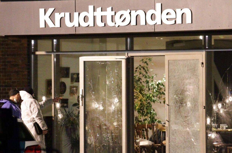 En 55-årig mand blev dræbt og tre politibetjente såret ved et skudattentat på kulturhuset Krudttønden i København, hvor der lørdag blev afholdt et debatmøde om kunst, blasefemi og ytringsfrihed.