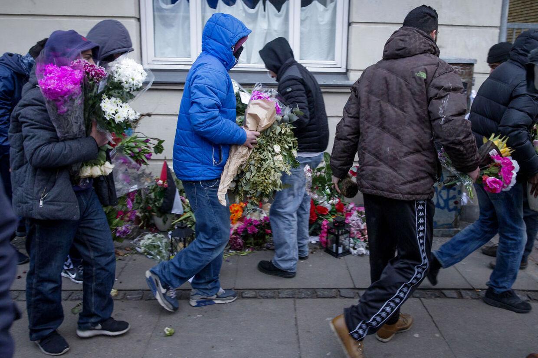 Den formodede gerningsmand til attentaterne i København, Omar Abdel Hamid El-Hussein mindes med blomster der hvor han blev skudt på Svanevej i København NV. Unge mænd fjerner blomsterne på stedet hvor den afdøde blev dræbt. Adspurt siger en af dem, at det fordi det er islam, det er ikke et bryllup, det er en begravelse.