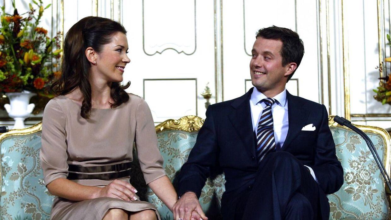 Kronprins Frederik med sin forlovede Mary Donaldson under forlovelsespressekonferencen, Fredensborg Slot onsdag d. 8. oktober 2003.