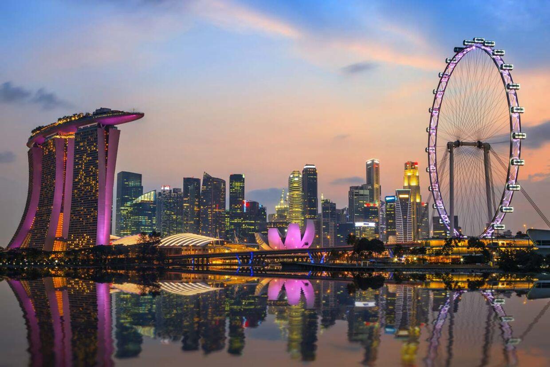 Singapore set fra marinaen med det imponerende Marina Bay Sands Hotel til venstre.