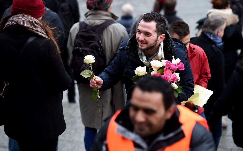 De forbipasserende fik både en rose og et smil med på vejen.