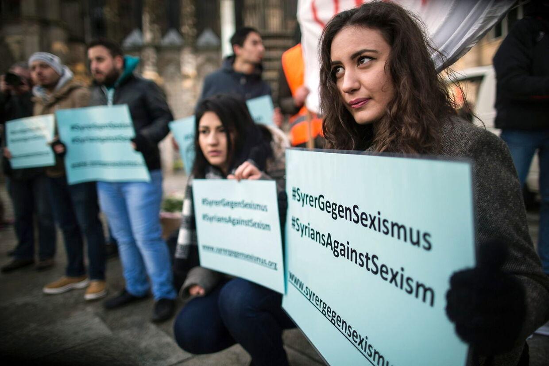 Demonstranterne havde også medbragt bannere, hvor de blandt andet skrev, at de er imod sexisme.