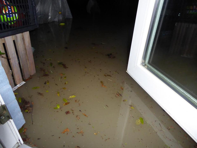 Sådan så det ud i haven, da Gitte Seidelin natten til søndag åbnede terrassedøren, og vandmasserne trængte sig på.
