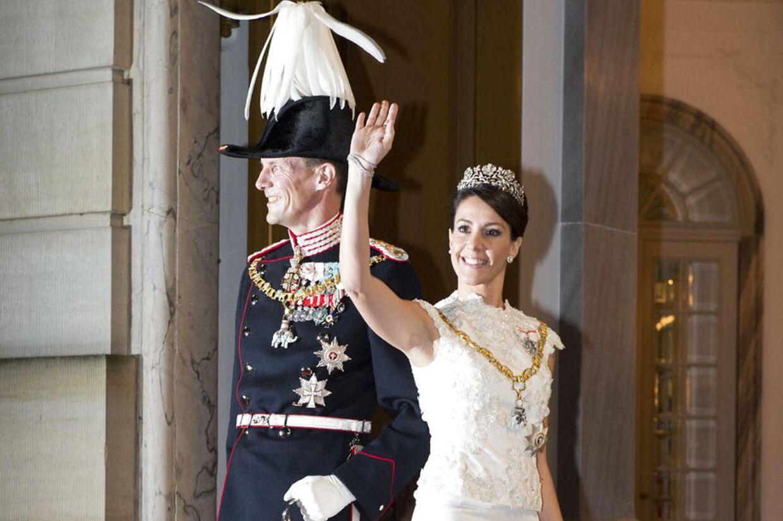 Det var tanken om at opgive sin anonmye frihed, der i første omgang gjorde, at Prinsesse Marie var stærkt i tvivl om, hun ville være en del af den kongelige familie og gå til Nytårskur, som her på billedet, hvor hun sammen med prins Joachim vinker til de mange fremmødte ved den årlige nytårskur den 1. januar 2016. (Foto: Søren Bidstrup/Scanpix 2016)