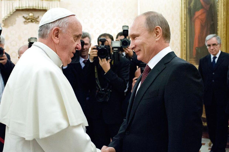 Paven, der her ses sammen med Putin, er også et af verdens mest magtfulde mennesker.