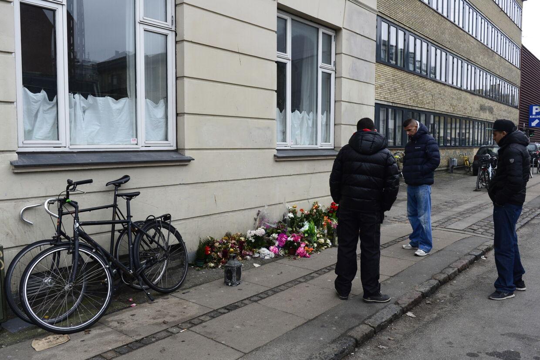 Tre unge mænd mindes den dræbte formodede gerningsmand til terrorangrebene i København på det sted, hvor den 22-årige mand blev skudt af politiet.