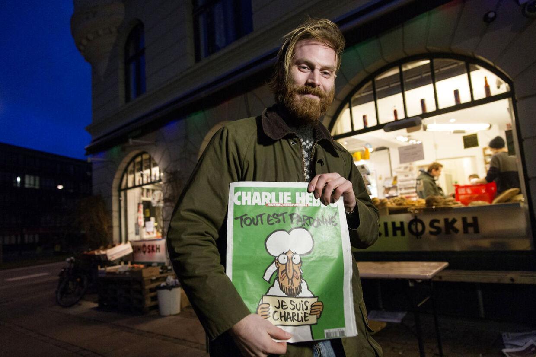 """Satirebaldet Charlie Hebdo til salg i København. Kristian Balle Ravn fik købt blad nummer seks ud af de ti som kiosken """"Kihoskh"""" på Sønder Boulevard havde fået. (Foto: Jens Astrup/Scanpix 2015)"""