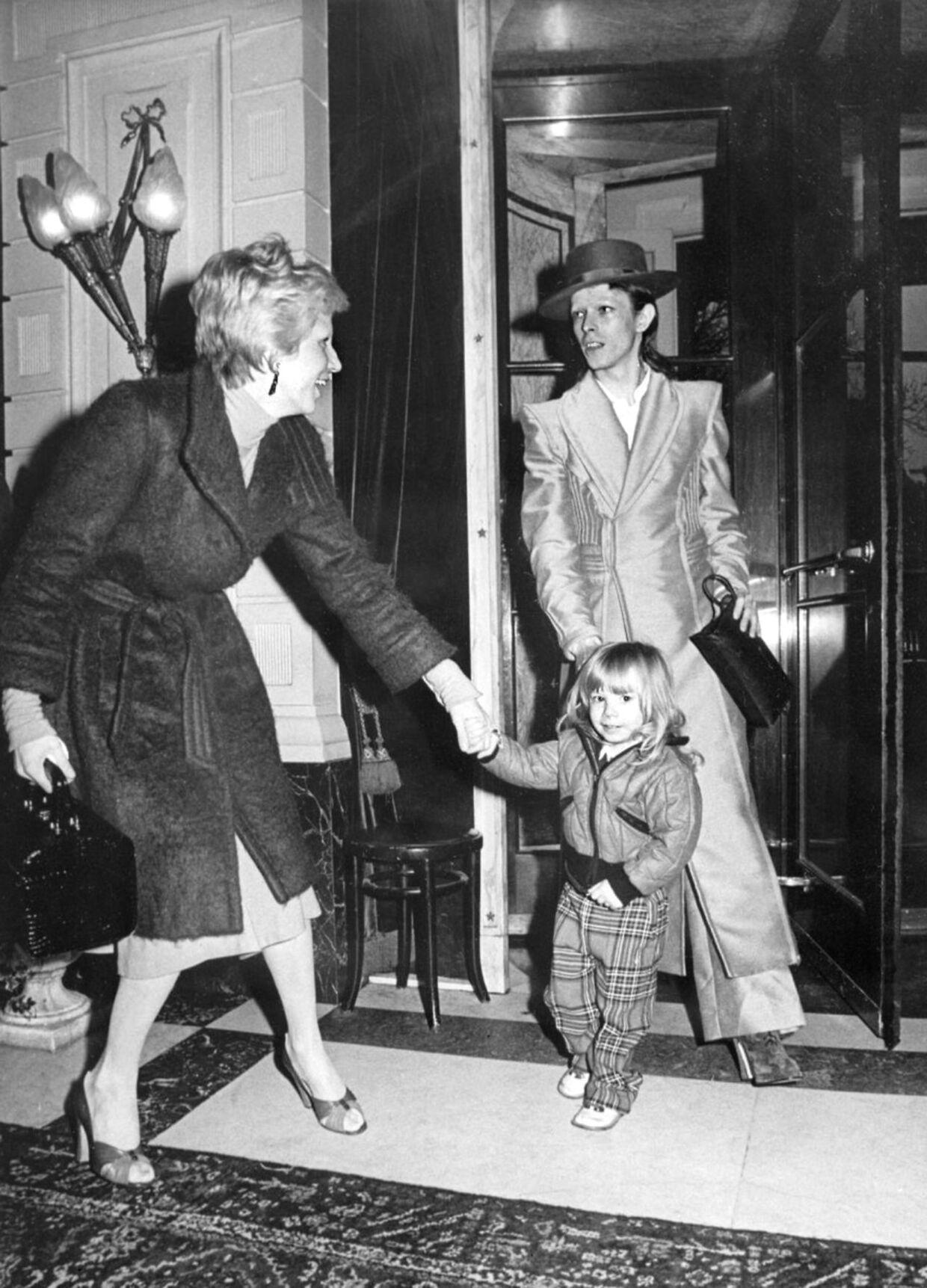 Her ses Angie Bowie med eksmanden David Bowie og sønnen Zowie den 17. february 1974. Parret blev skilt i 1980.