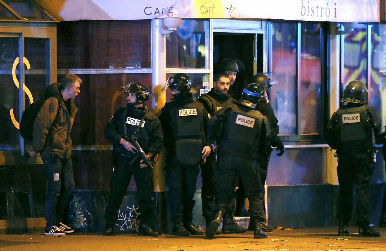 Fransk politis stormer spillestedet Bataclan, hvor op imod 100 personer blev holdt som gidsler. REUTERS/Christian Hartmann
