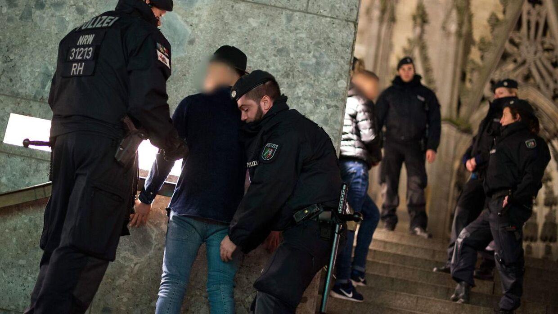 Politiet leder efter mistænkte for nytårsovergrebene på hovedbanegården i Køln den 5. januar.