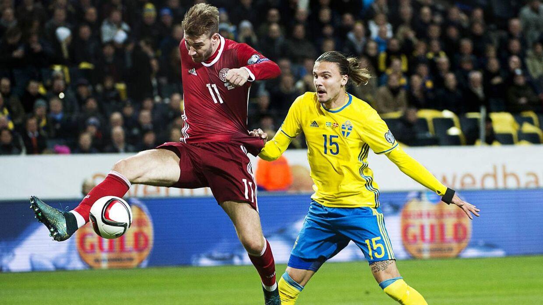 Erik Johansson i duel med Nicklas Bendtner under efterårets EM-play-off-kampe.