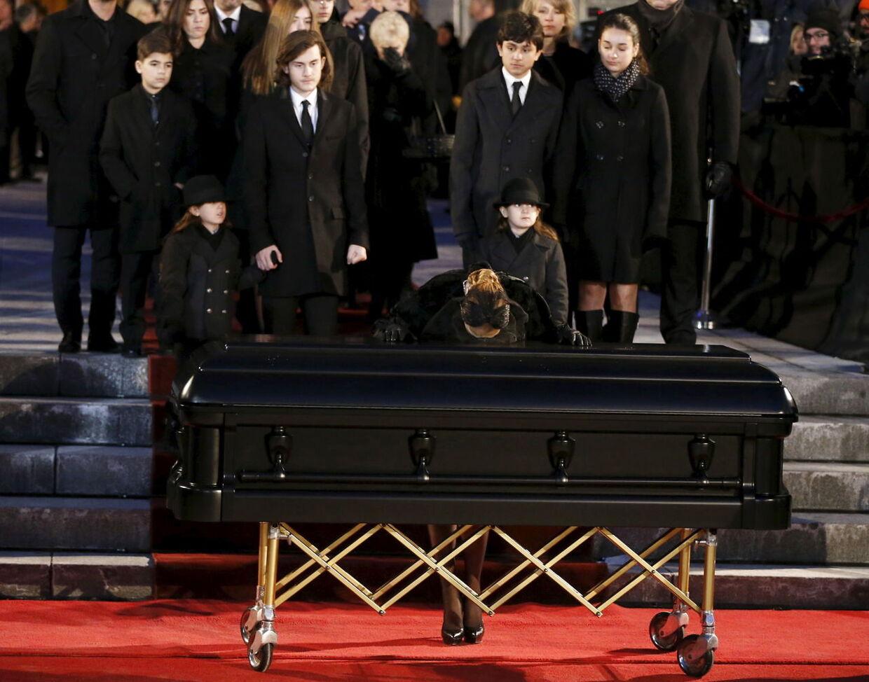 Celine Dion gav kisten et sidste kys ude foran kirken.