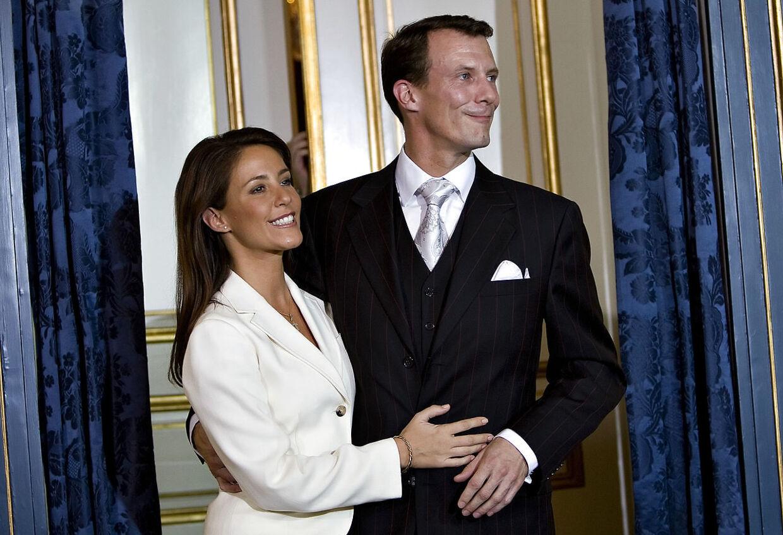 Marie Cavallier og Prins Joachim under det pressemøde, hvor de afslørede forlovelsen mellem de to.