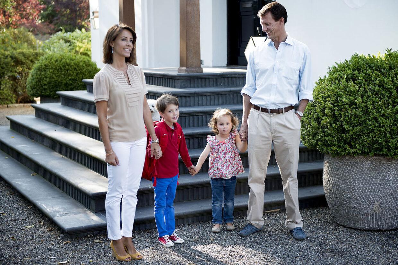 Billede fra i sommer af prins Joachim og prinsesse Marie med deres to børn.