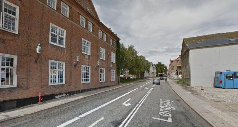 Det var her foran Sønderborgs Kultur- og Medborgerhus, at en ung pige blev krænket i sidste uge. Foto: Google Street View.