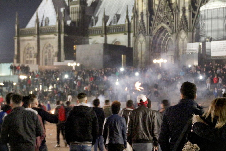 6. Januar blev der frigivet billeder fra nytårsaften i Köln. Kanonslagene føg i luften, mens sagesløse kvinder blev forulempet.