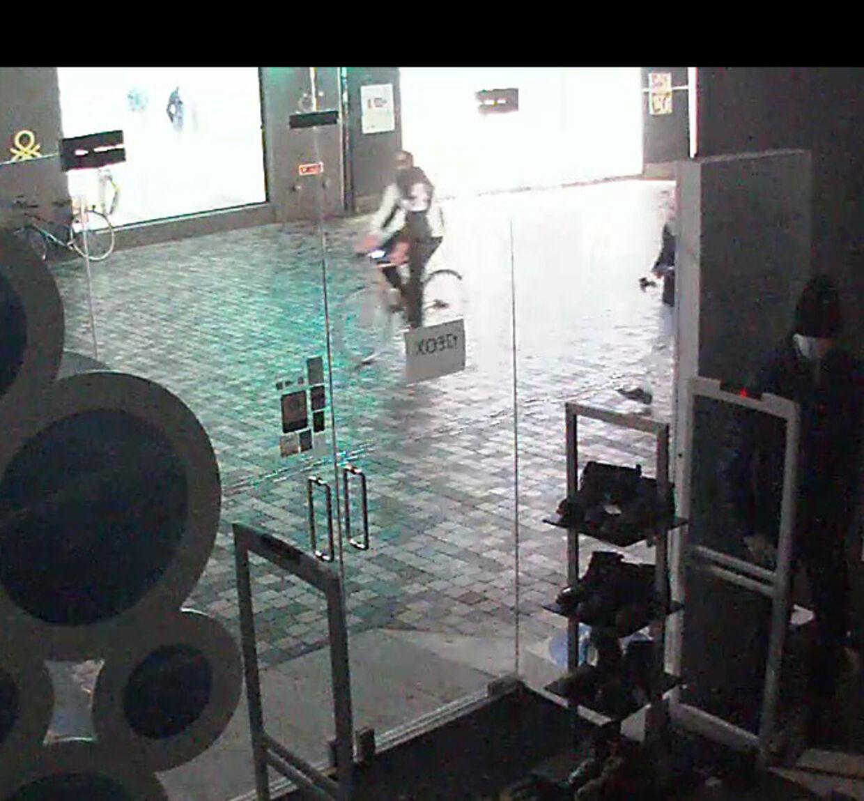 Politiet har frigivet en række billeder, der viser gerningsmanden på cykel i Købmagergade.