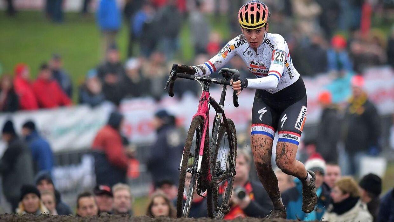 En kvindelig U23-rytter er blevet afsløret for at køre med motor ved VM i cykelcross. Det er dog ikke Nikki Harris her på billedet.