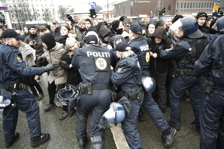 Politiet i konfrontation med deltagere i den antifacistiske moddemonstrationen til den islam-kritiske bevægelses 'For Frihed' demonstration på og omkring Akseltorv i København lørdag d. 23. januar 2016. Flere engelske højreorienterede personer skal holde taler ved dagens demonstration kl. 14.30. Politiet frygter uroligheder mellem de to grupper af demonstranter. (Foto: Jens Nørgaard Larsen/Scanpix 2016)