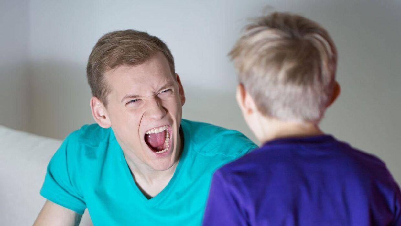 Far råber af søn.