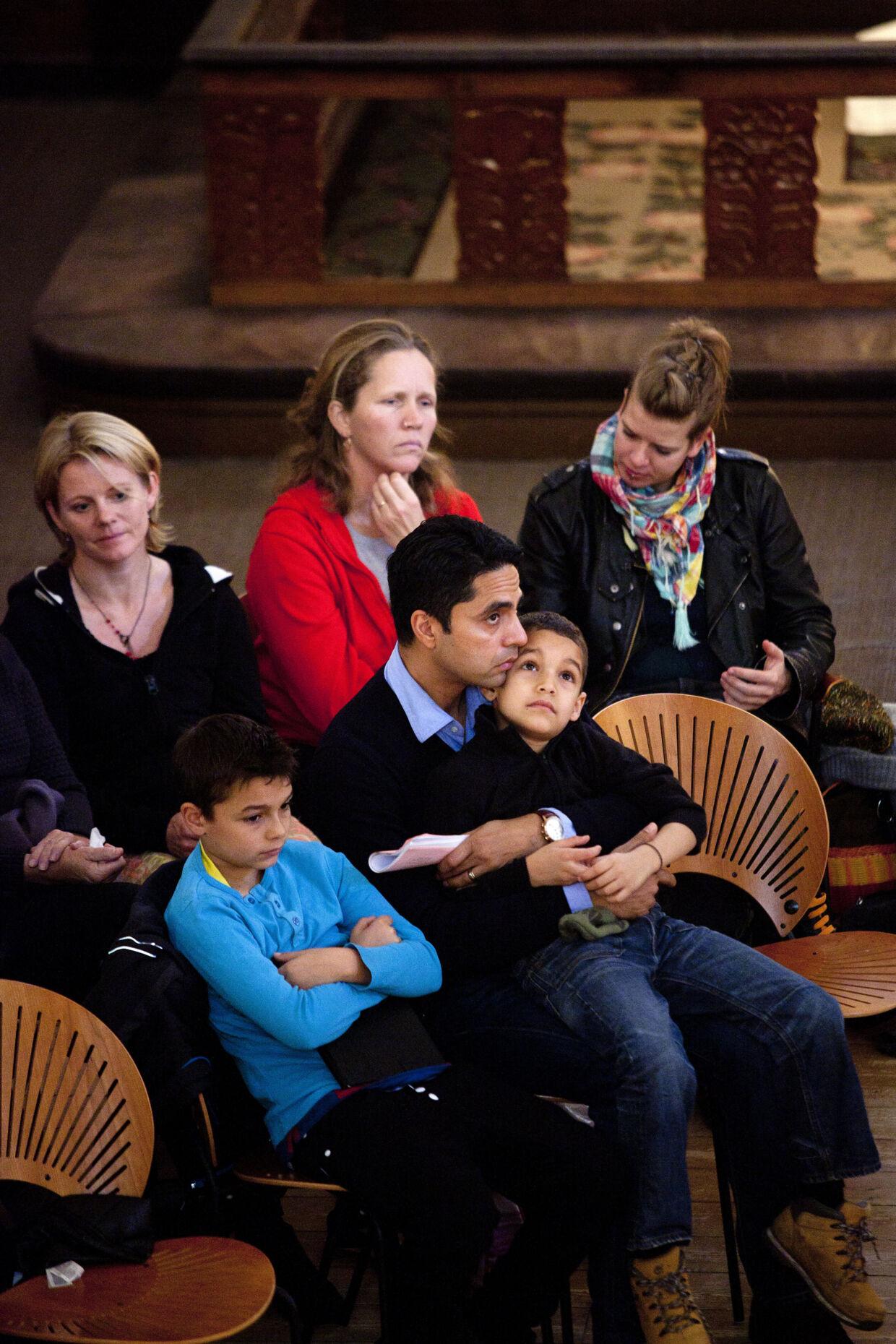 Kirkeminister Manu Sareen på job – her med børnene Felix og Alvin til 'Bøn & Brunch' i Brorsons Kirke på Nørrebro. Foto: Linda Henriksen.