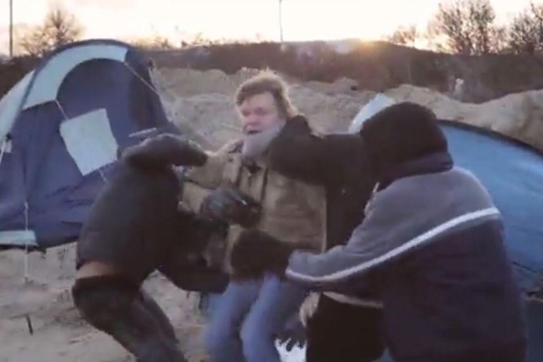 I flygtninge-junglen i Calais, Frankrig er to journalister blevet angrebet.