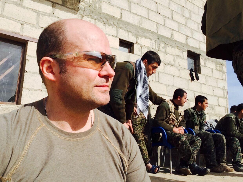 Jørgen Nicolai blandt sine kurdiske soldaterkammerater. Jørgen Nicolai taler ikke kurdisk, så det meste kommunikation foregår med håndfagter.