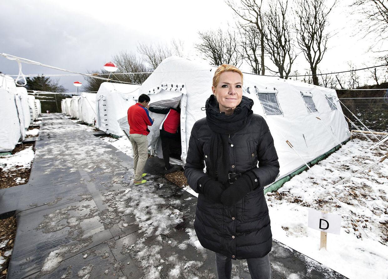 Udlændinge, integrations- og boligminister Inger Støjberg besøgte mandag formiddag den nyoprettede flygtningelejr hos Beredskabscenter Thisted. Lejren består af små lejligheder i gymnastiksalen, diverse rum og telte. Her ses Inger Støjberg på teltpladsen