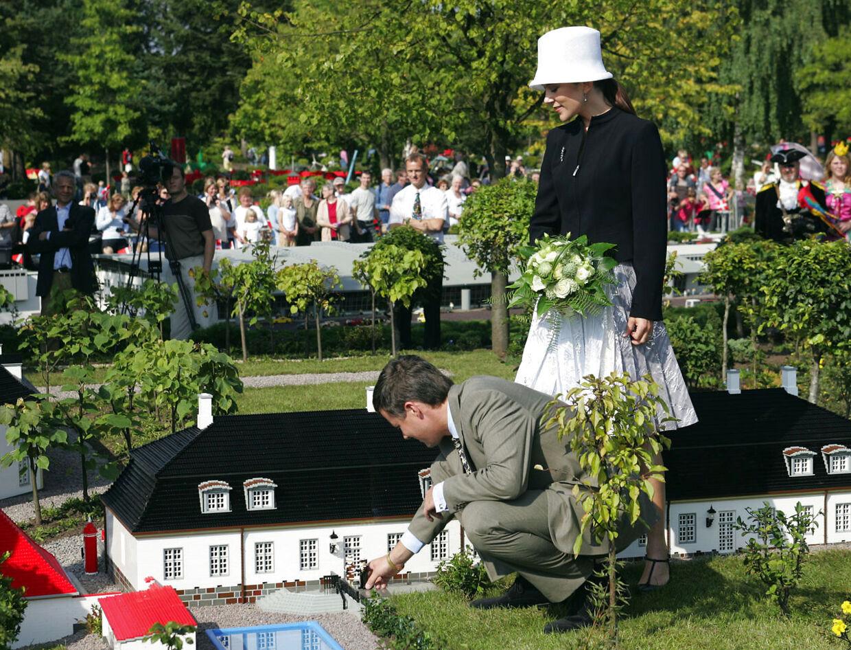 Kronprinsparret har flere gange besøgt Legoland, hvilket ifølge forfatter Søren Jakobsen kan ses som en gestus overfor Lego-familien, der økonomisk støtter kongehuset på flere måder.