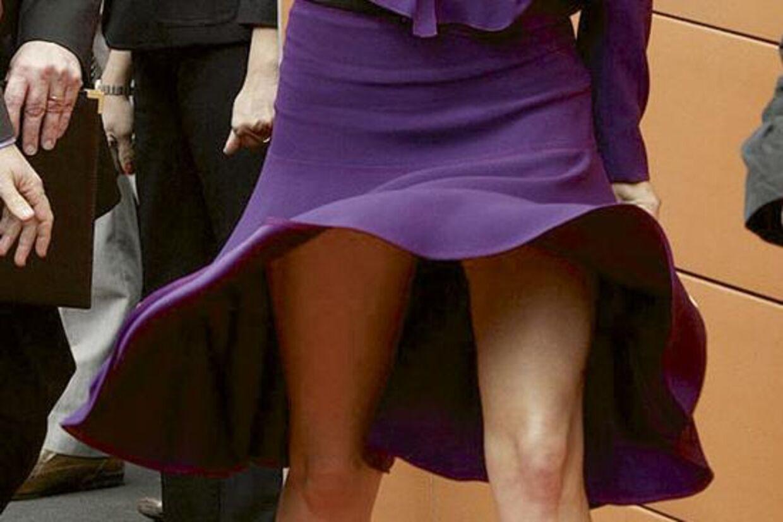 Hvem tilhører benene? Det er såmænd vores allesammens prinsesse Mary, der her er tæt på at lave en Marilyn Monroe.