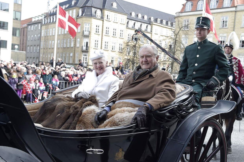 Selvom prins Henrik er for syg til at fejre sin hustru på hendes 75-års fødselsdag, har hoffet nu fundet en erstatning for Prinsgemalen til karetturen torsdag. Her ses Regentparret ankomme i karet til Aarhus Rådhus onsdag den 8. april 2015.