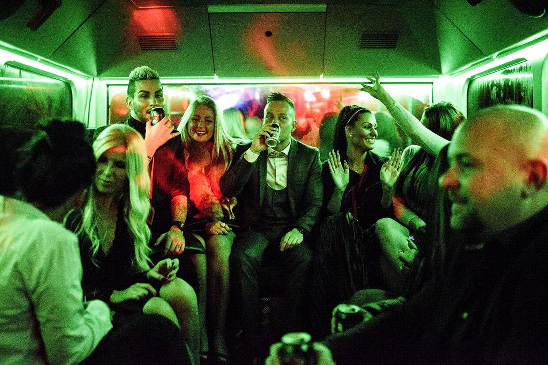 Realitystjernerne tager en festbus fyldt med gratis øl ind til showet i Cirkusbygningen.