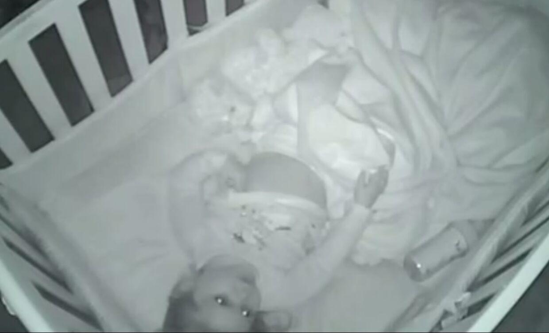 Toårige Sutton ligger og beder, mens forældrene smuglytter over babyalarmen.