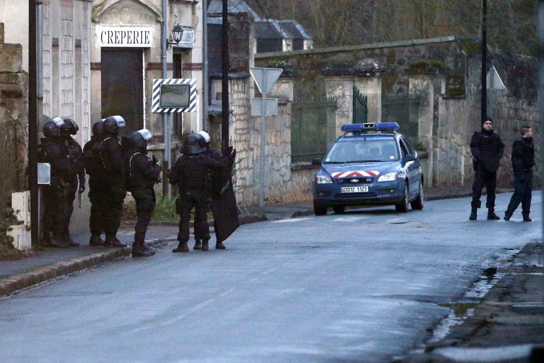 Ifølge Le Monde koncentrerer eftersøgningen sig om et område i Aisne-regionen nær byerne Villers-Cotterets og Corcy nord for Paris. Her er politiets specialstyrker i aktion i landsbyen Longpont, nær Villers Cotterets.