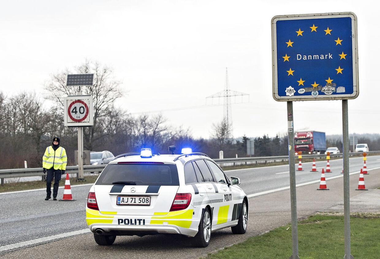 RB plus. Soldater skal hjælpe med grænsekontrol.400 soldater skal hjælpe med grænsekontrollen mod syd. Hjemmeværnet melder sig også klar, men selve kontrollen er kun en politiopgave, siger justitsministeren. Løkke indfører midlertidig grænsekontrolDanmark indfører en lempeligere udgave af den svenske grænsekontrol ved grænsen til Tyskland, fastslår Løkke. Grænsekontrol indført - Danmark indførte kl 12.00 grænsekontrol for at dæmme op for flygtninge. Her på E45 ved den dansk tyske grænse.