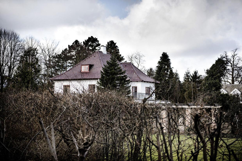 Milliardæren Niels Peter Louis-Hansen og hans hustru blev overfaldet og udsat for et brutalt røveri i deres eget hjem i Vedbæk nord for København.