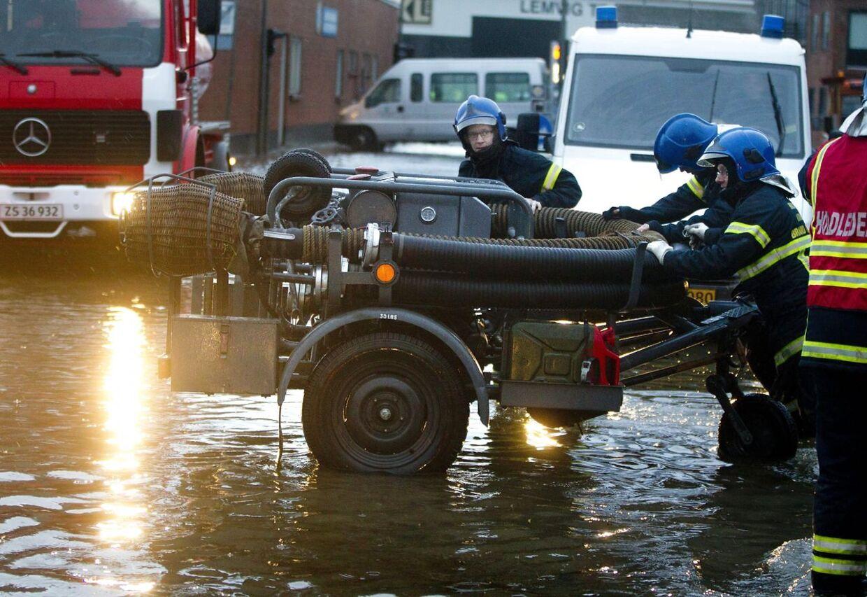Oversvømmelse i Lemvig. Lemvig Brandvæsen og Beredskabet kæmper for at holde vandet ude af byen.